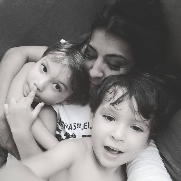 Priscila Pires com os filhos (Foto: Instagram / Reprodução)