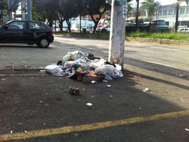 Lixo acumulado em Taboão da Serra, na região da Praça Nicola Vivilechio (Foto: Márcio Pinho/G1)