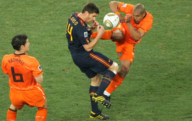 Nigel De Jong Holanda Xabi Alonso Espanha (Foto: Getty Images)