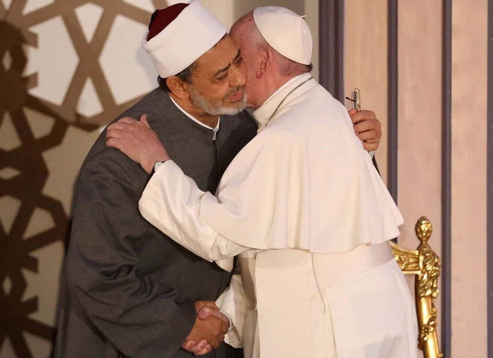 O Papa Francisco encontra o grande imã da mesquita de Al-Azhar Ahmed al-Tayeb durante encontro no Cairo  (Foto: Mohamed Abd El-Ghany/Reuters)