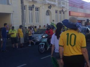 Manifestantes começaram protesto na Praça dos Amores em Itapetininga (Foto: Natália Zini/ TV TEM)