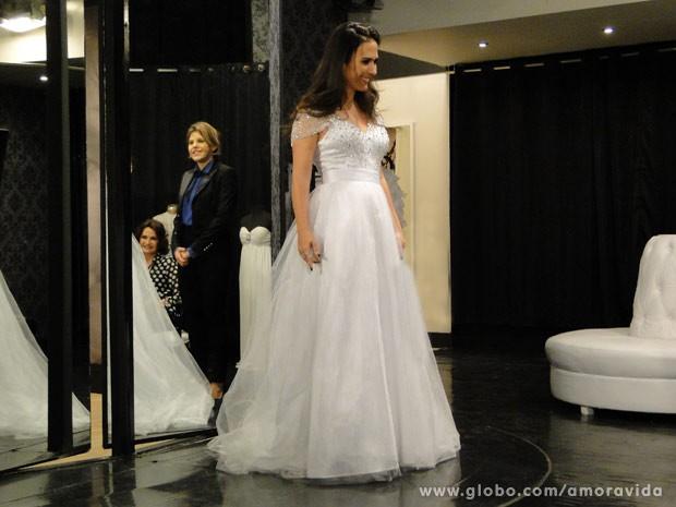 Valdirene se apaixona por vestido de noiva (Foto: Amor à Vida/ TV Globo)