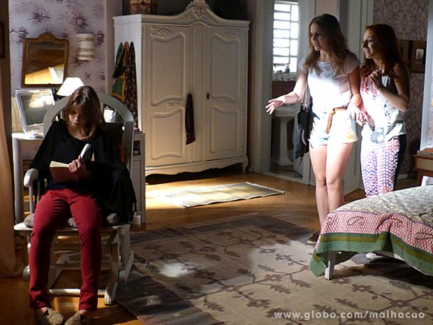 Anita e Giovana tentam animar Monique, que não quer saber de papo (Foto: Malhação / TV Globo)