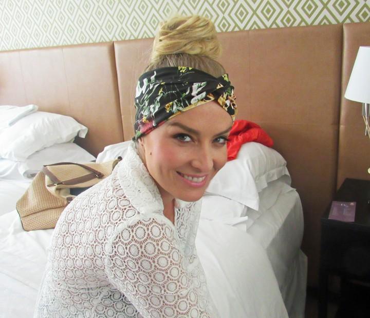 As faixas de cabelo não podiam ficar de fora do figurino de Angélica (Foto: Nathália Gomes / Gshow)