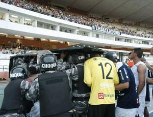 Jogadores do Remo tiveram que sair de campo protegidos pela polícia (Foto: Marcelo Seabra/O Liberal)