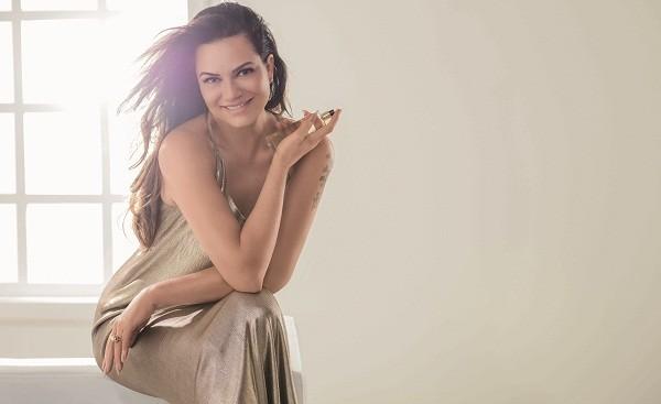 Luiza na campanha de seu novo perfume (Foto: Divulgação)