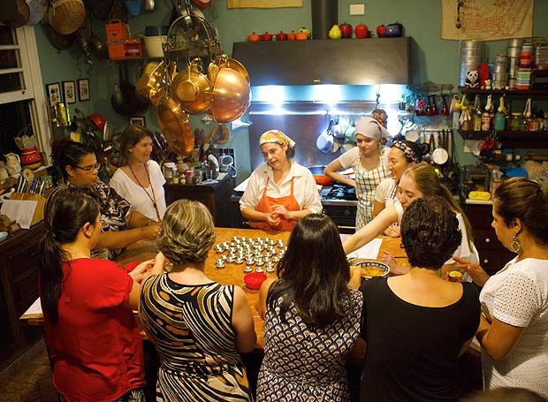 Todo mundo ajudou a cozinhar no Lista Vip da Helô Bacellar (Foto: Isabella Machado/ Editora Globo)