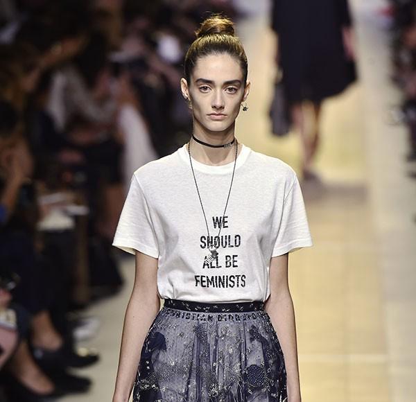 A camiseta empoderadora da Dior que deu o que falar na moda (Foto: Getty Images)