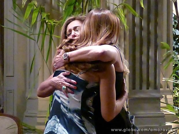 Pilar e Paloma ficam muito emocionadas (Foto: Amor à Vida / TV Globo)