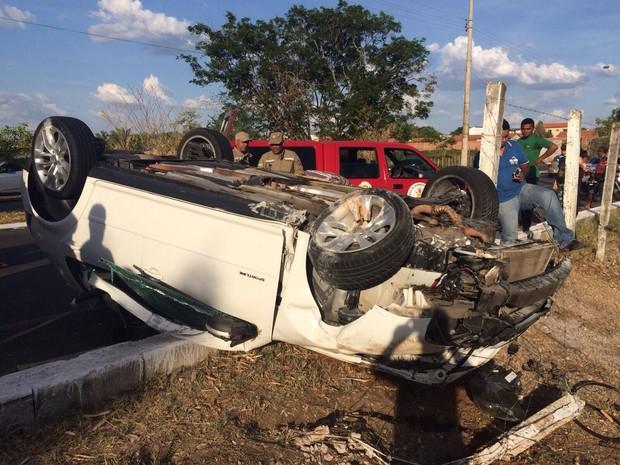 Corpo de Bombeiros socorreu a vítima, que estava com cinto de segurança  (Foto: G1 Piauí)