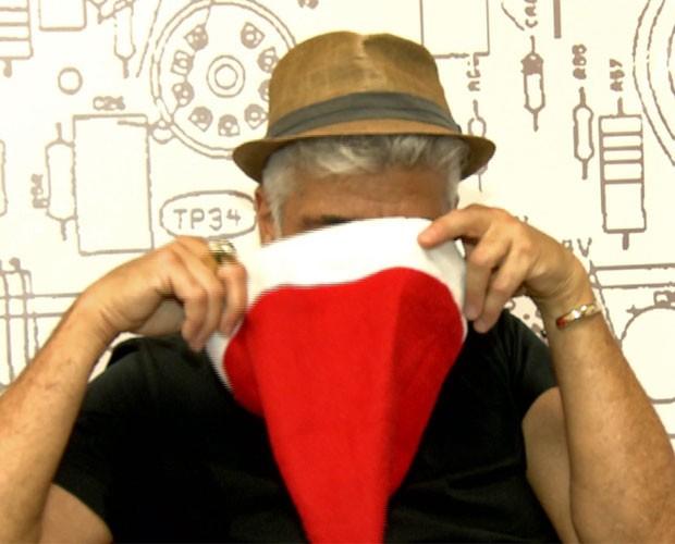 Lulu entra no clima e procura seu inimigo oculto no gorro de natal (Foto: TV Globo)