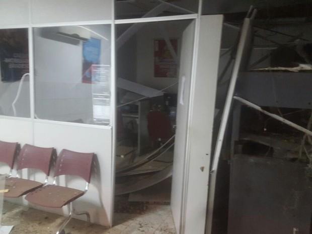 Posto bancário ficou destruído após explosões (Foto: Divulgação/Polícia Militar)