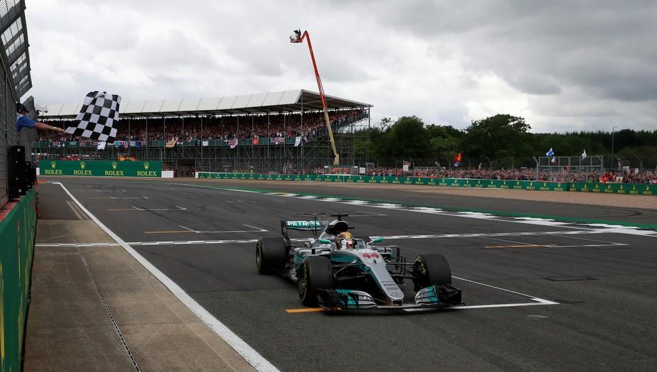 Hamilton sobra na Inglaterra, vence e reduz para um ponto diferença para Vettel