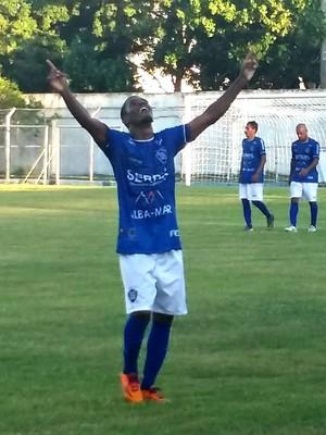 Meia Juninho Carioca comemora o terceiro gol do Vitória (Foto: Richard Pinheiro/GloboEsporte.com)