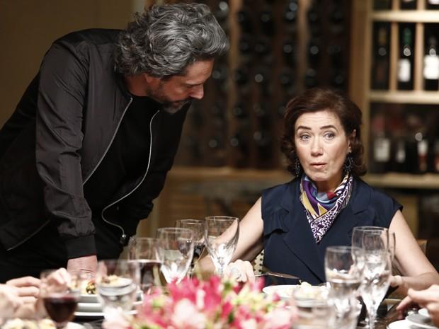 Marta fica surpresa com a ameaça do comendador (Foto: Fábio Rocha/Gshow)