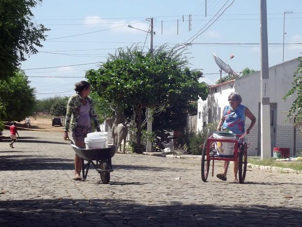 Moradores de Ipueira, no Seridó potiguar, precisam empurrar carroças para conseguir água (Foto: Anderson Barbosa/G1)