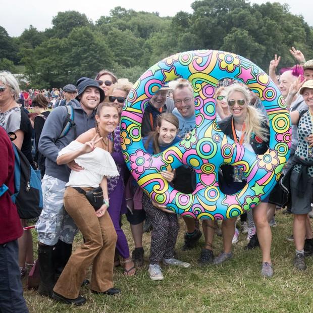 Grupos de hippie no Festival Glastonbury (Foto: Getty Images)
