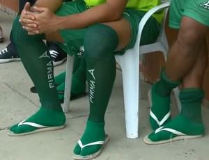 Jogadores do Formosa sem chuteiras (Foto: Reprodução/TV Globo)