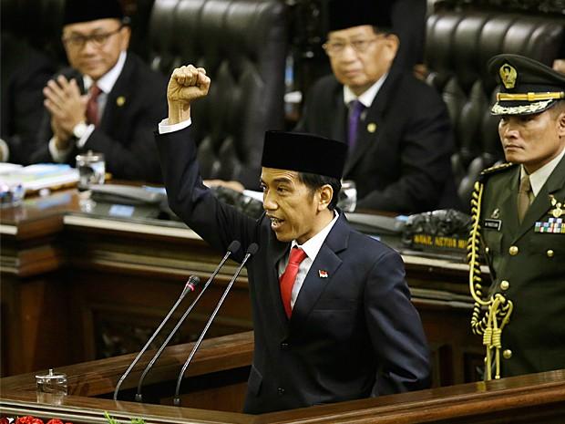 Presidente da Indonésia ergue o punho e grita a palavra 'liberdade' durante sua cerimônia de posse no parlamento em Jacarta (Foto: Dita Alangkara/AP Photo)