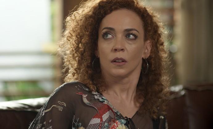 Laila é surpreendida por Diana ao dar entrevista na casa de Gordo (Foto: TV Globo)