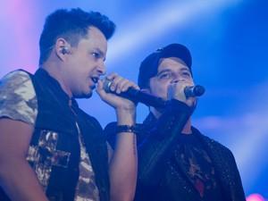João Neto & Frederico levaram as fãs ao delírio com o sucesso 'Lê lê lê' remixado  (Foto: Érico Andrade/G1)
