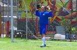 Luciano Huck vira goleiro em jogo de futebol no 'Caldeirão'