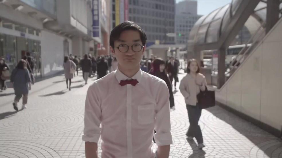 O comediante Ano, de 26 anos, diz sentir-se intimidado pelas mulheres (Foto: BBC)