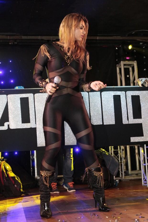 Kelly Key durante show no Rio (Foto: Isac Luz/EGO)