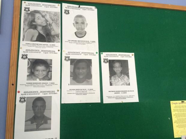 Delegacia da Criança e do Adolescente tem fotos de desaparecidos em mural (Foto: Carolina Sanches/G1)