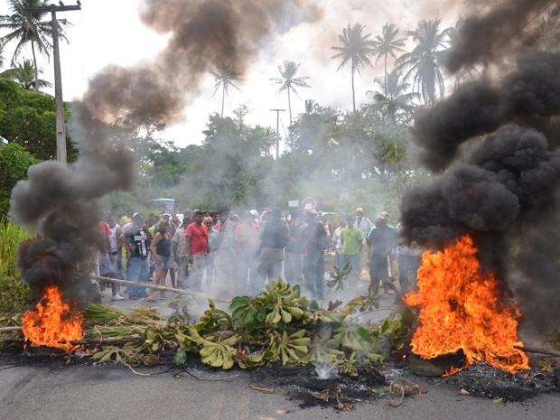 Moradores interditaram a PB-018 com galhos e pneus, em Jacumã (Foto: Walter Paparazzo/G1)