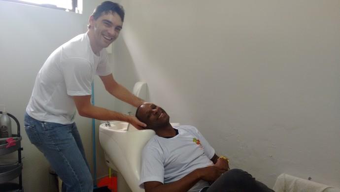 Giba e Robson no GE em clima de descontração (Foto: Cyntia Miranda/Globoesporte.com)