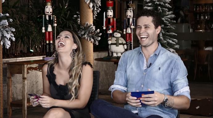 Nos Bastidores da entrevista com a Família Lima, Pedro e Aline não seguraram a risada! (Foto: reprodução EPTV)