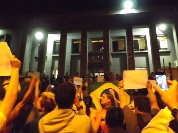 Manifestantes pararam em frente à Câmara Municipal  (Foto: Alan Schneider/G1)