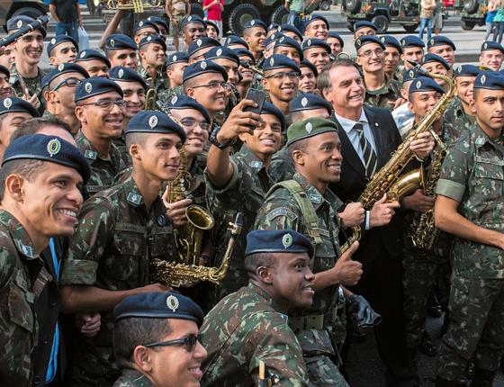 O deputado Jair Bolsonaro em meio a soldados do Exército (Foto:  Juranir Badaró/Futura Press)