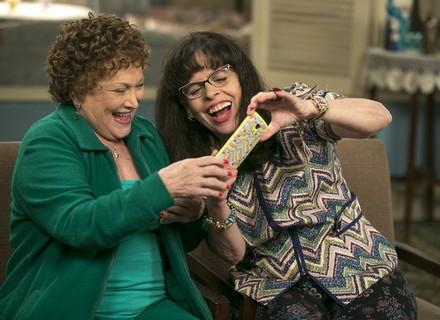 Elza e Prazeres compram celulares novos e se divertem