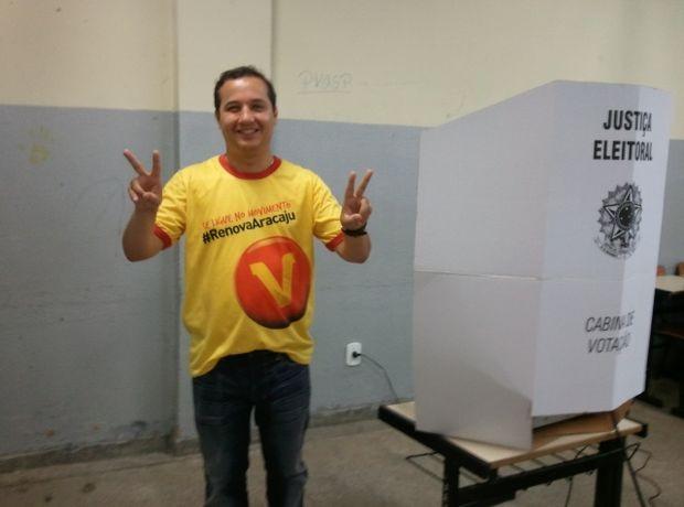 Valadares Filho vota em colégio no Bairro Jardins em Aracaju (Foto: Marina Fontenele/G1 SE)