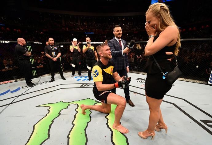 Alexander Gustafsson vence Glover Teixeira e pede a namorada em casamento (Foto: Getty Images)