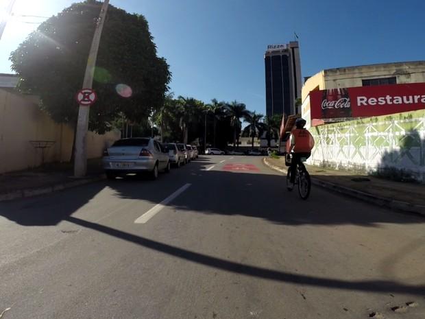 Motoristas estacionam em local proibído, prejudicando clicorrota em Goiânia, Goiás (Foto: Reprodução/G1)