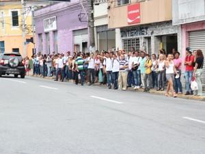 Ponto de ônibus na Praça do Carmo ficou lotado de passageiros prejudicados pela greve em Mogi das Cruzes. (Foto: Thiago Fidelix)