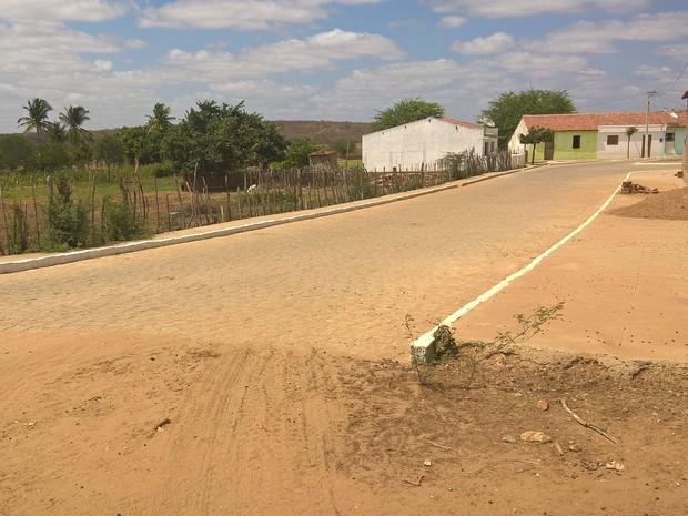 Apenas metade da pavimentação do Povoado de Passagem, em Caraúbas, foi feito (Foto: Diogo Almeida/G1)