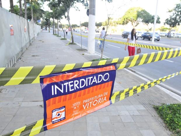 Pessoas transitam próxima a área interditada no Grand Parc em Vitória (Foto: Marcelo Prest/ A Gazeta)