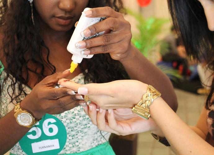 Candidatas a sisters se ajudam durante atividade (Foto: Gshow)