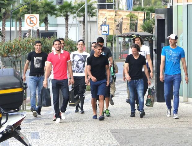 jogadores do México retornando das compras (Foto: Valeska Silva)