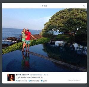 Atriz publicou foto com Charlie Sheen em sua conta no microblog Twitter neste domingo (16) (Foto: Reprodução/Brett Rossi/Twiter)