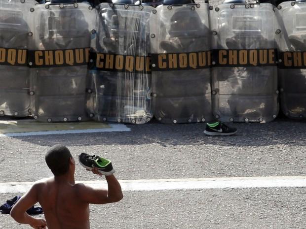 Policiais civis, militares, guardas municipais e bombeiros participam de exercício prático do Curso de  Controle de Distúrbios Civis  na sede do Batalhão de Choque, no centro do Rio de Janeiro (Foto: Marcos de Paula/Estadão Conteúdo)