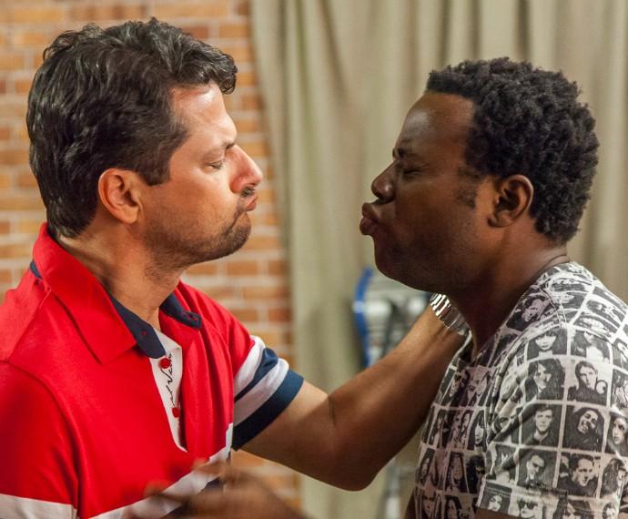 Epa!!! Calma, gente. Marcelo Serrado e Érico Brás estão só ensaiando para o Tomara que Caia (Foto: Artur Meninea/Gshow)