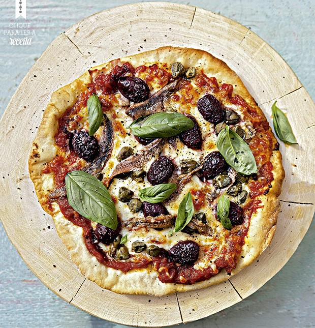 Pizza crocante de mozarela e anchovas, com alcaparras e azeitonas pretas.  (Foto: StockFood / Gallo Images Pty Ltd.)
