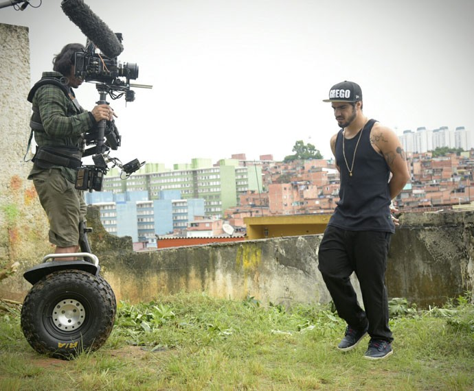 Caio Castro durante gravação em Paraisópolis neste domingo (Foto: Raphael Dias/Gshow)
