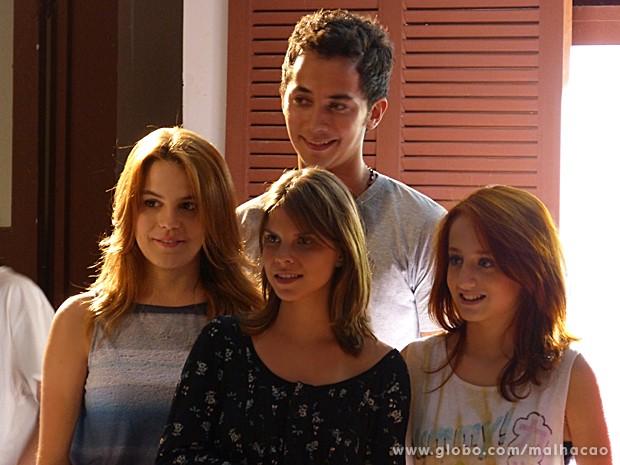 Anita, Ben e Giovana conduzem Monique até os amigos (Foto: Malhação / TV Globo)
