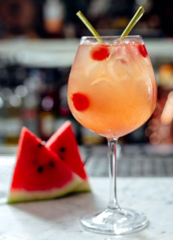 Drink pink pearl leva melancia, limão siciliano e capim santo. Huuumm!